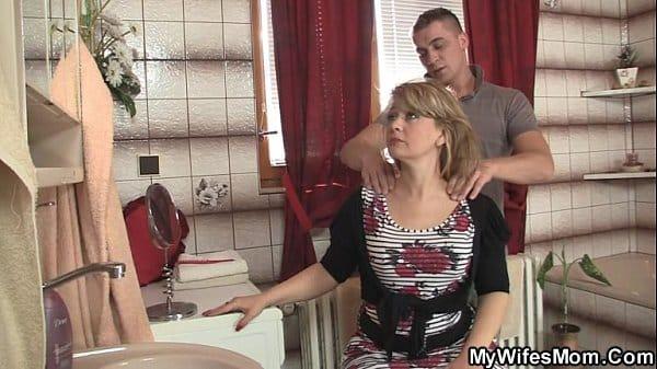 Mãe pediu para o filho arrumar o cabelo dela e deu para ele