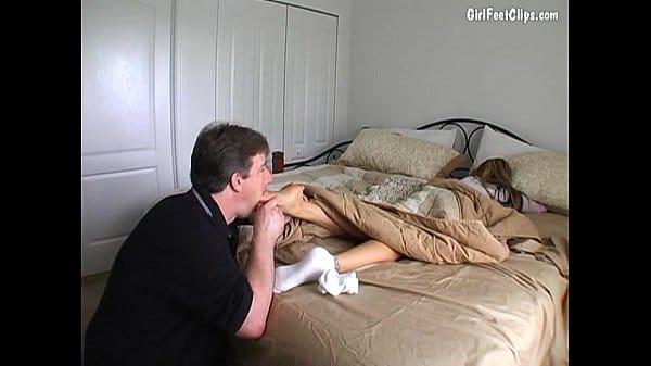 Pai fazendo surpresinha para filha dormindo