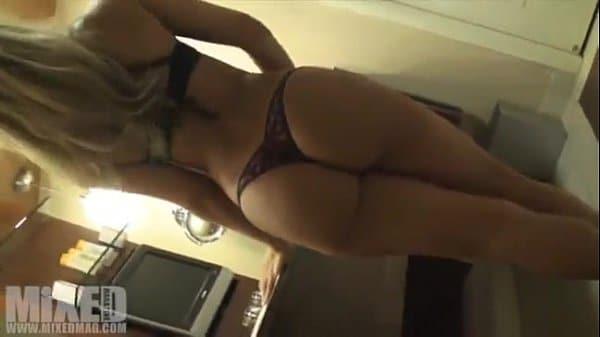 Novinha loira gostosa dançando na webcam