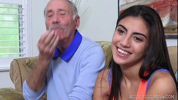 Avô safado comendo sua neta