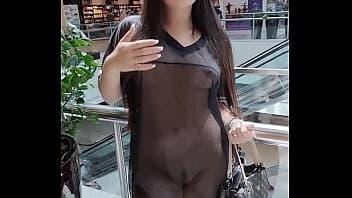 Novinha peituda mostrando a buceta