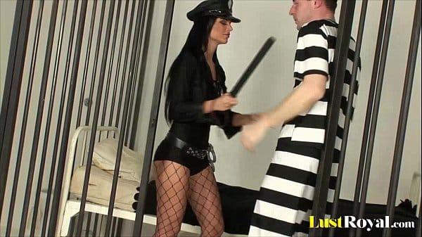 Policial safada dando para o detento