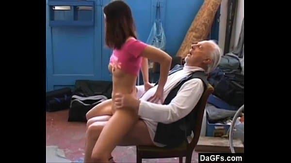 Vovô safado comendo a netinha puta