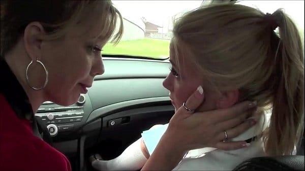 Mãe e filha lésbicas trepando no carro