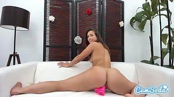 Nerd bonitinha masturbando na webcam