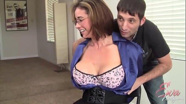 Tirando a roupa da mãe pra transar