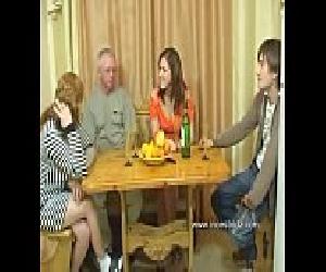 Sexo em família - Irmão comendo irmã, pai comendo filha