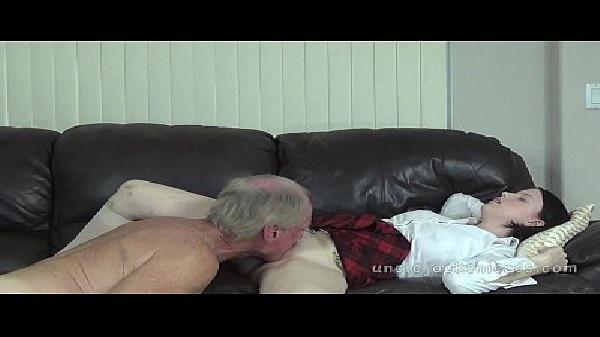 Porno com velho comendo sua netinha gostosa