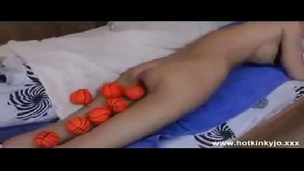 Novinha cagando várias bolas laranjas