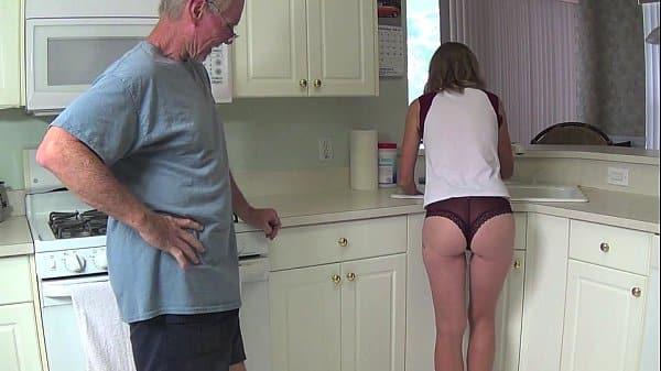 Tiozão que colocou a Sobrinha pra chupar e foder na cozinha