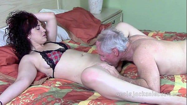 Velho e sobrinha gostosa em vídeos de incesto xxx