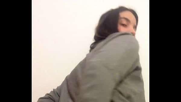 Video sexo com puta brasileira socando escova no cuzinho