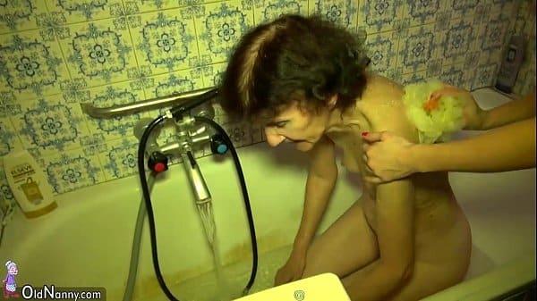 Vovó e neta se banhar na banheira peladinhas