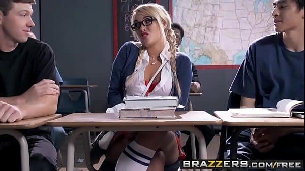 Pornos universitária gostosa transando com amigos da escola