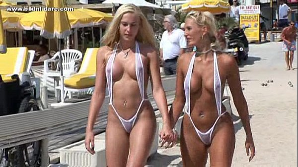 Mulheres Peladas Na Praia Mostrando A Buceta