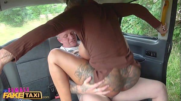 Redtybe mulher gostosa transando com seu passageiro