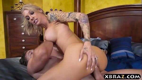 Sexo incontrolável com madrasta fazendo sexo anal