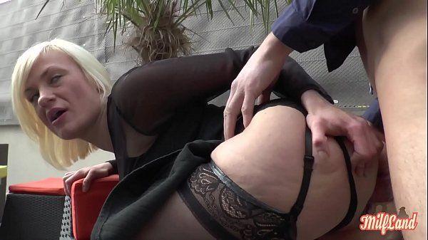 Sexo incestuoso com mãe loira gostosa fudendo o cu e a buceta com filho